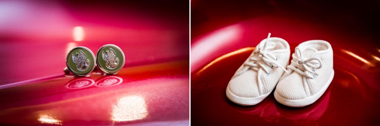 białe buciki na czerwonym tle